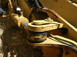 Offset cylinder for CATERPILLAR M312